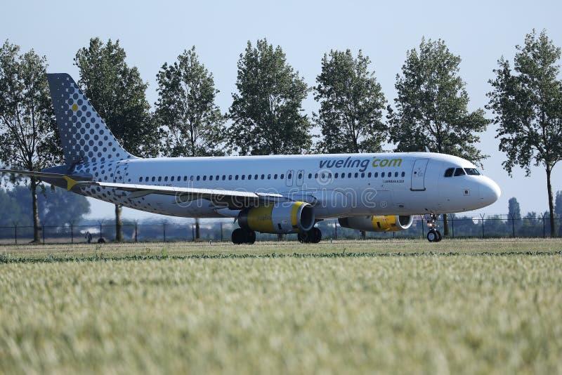 乘出租车在阿姆斯特丹机场AMS中的Vueling飞机 库存图片