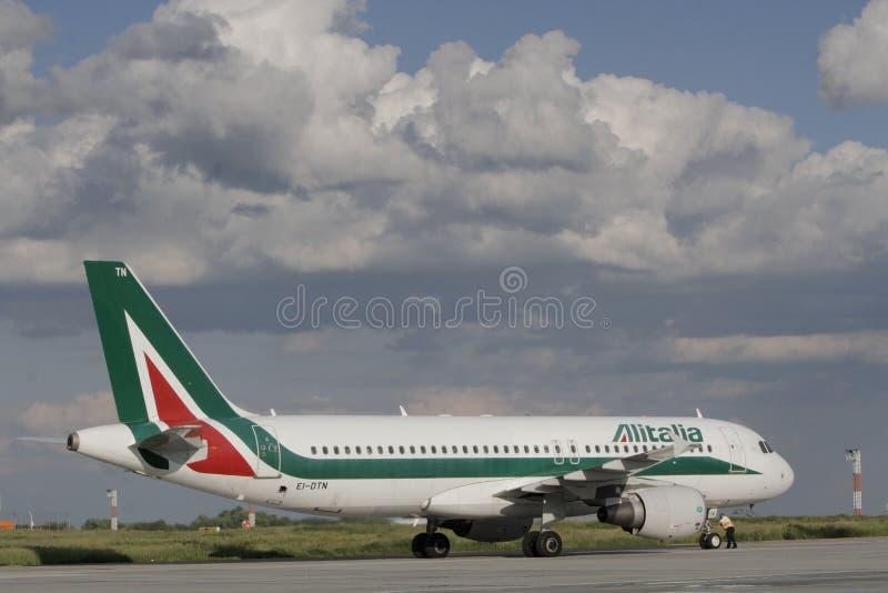 乘出租车在登陆以后的意大利航空 免版税图库摄影
