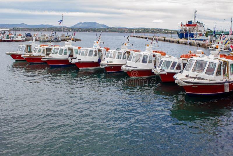 乘出租车小船在斯佩察岛海岛口岸  免版税库存图片