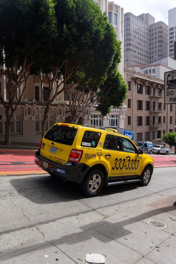 乘出租车去下来在旧金山加利福尼亚美国街道上的汽车  图库摄影