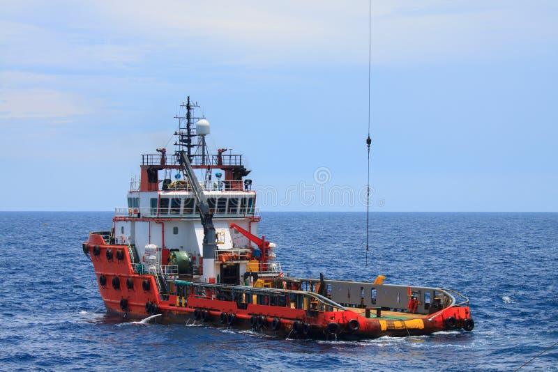 乘员组和近海处供应船或供应小船 免版税库存图片