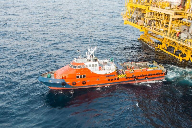 乘员组小船和石油平台黄色颜色 免版税库存图片