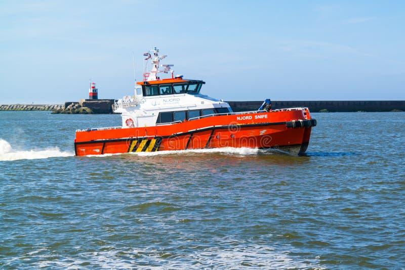 乘员组近海windfarms的调动筏 免版税库存图片