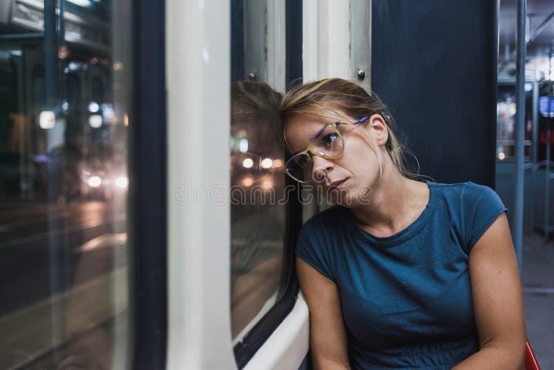 乘坐一辆公开公共汽车的少妇 免版税库存图片