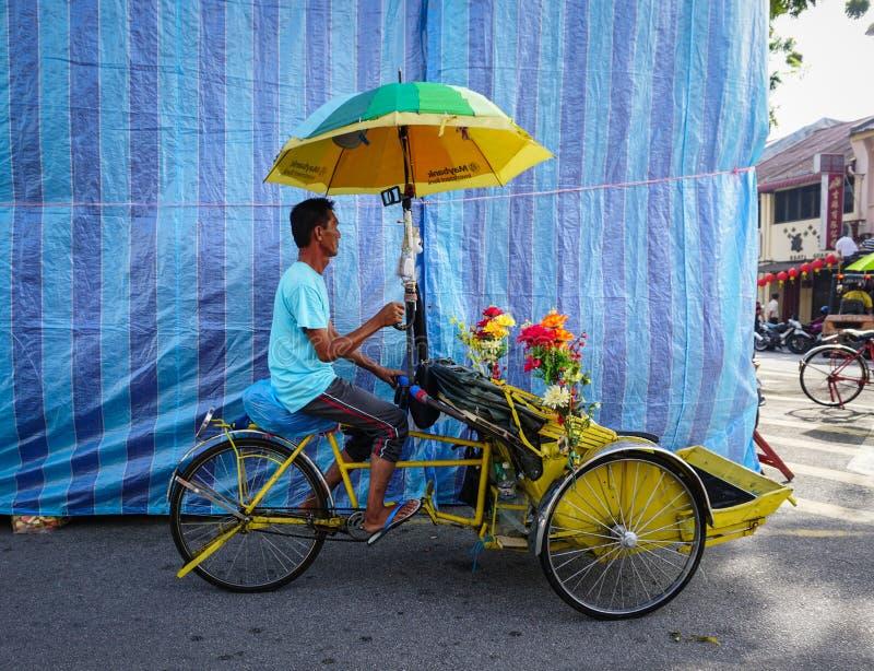 乘坐三轮车的一个人在乔治城在槟榔岛,马来西亚 库存图片