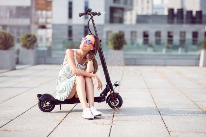 乘坐反撞力滑行车的正面微笑的妇女 免版税库存照片