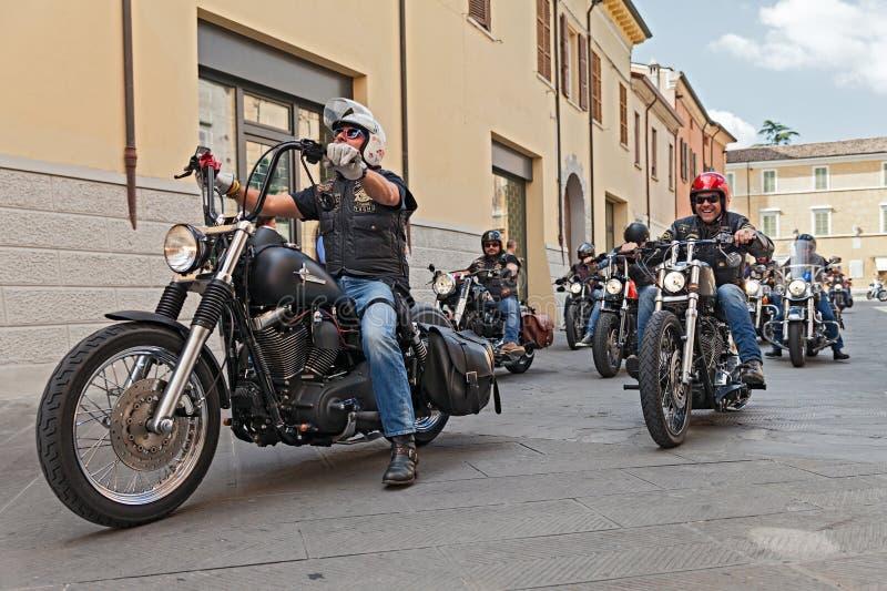 乘坐哈利戴维森的一个小组骑自行车的人 图库摄影