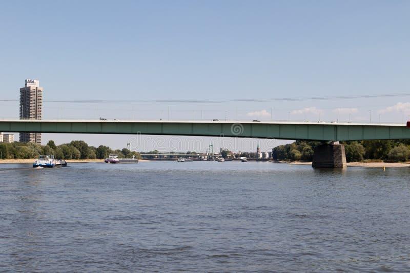 乘坐在从莱茵河视域观看的科隆香水的动物园桥梁下的船在观光的小船期间绊倒 库存照片