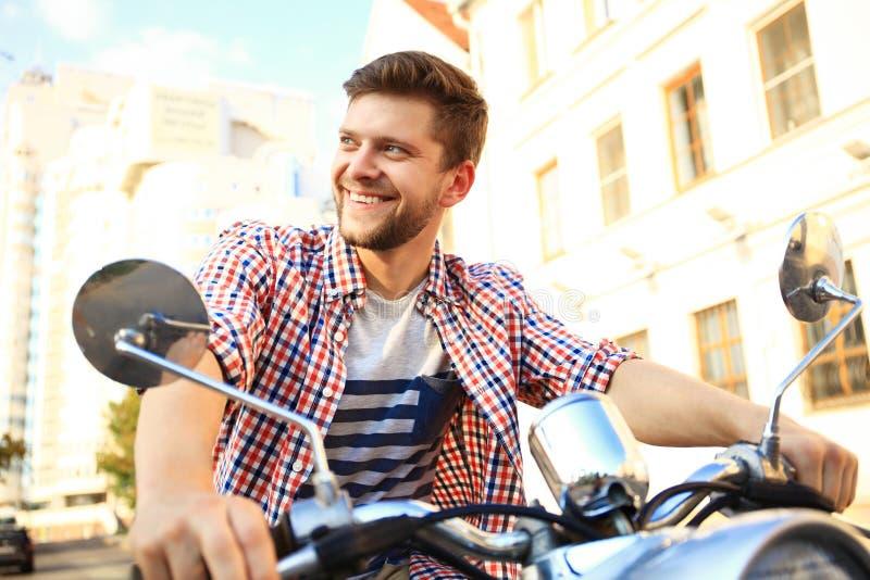 乘坐在街道的时兴的年轻人葡萄酒滑行车 库存图片