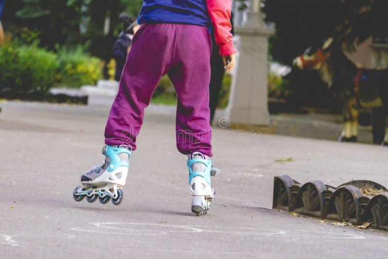 乘坐在街道f的小孩溜冰鞋 库存照片