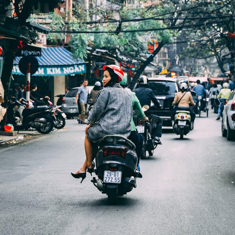乘坐摩托车的越南妇女 免版税库存图片