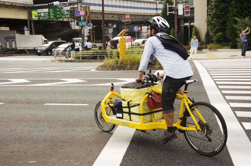 乘坐新的创新的日本人骑自行车等待的交通s 库存图片