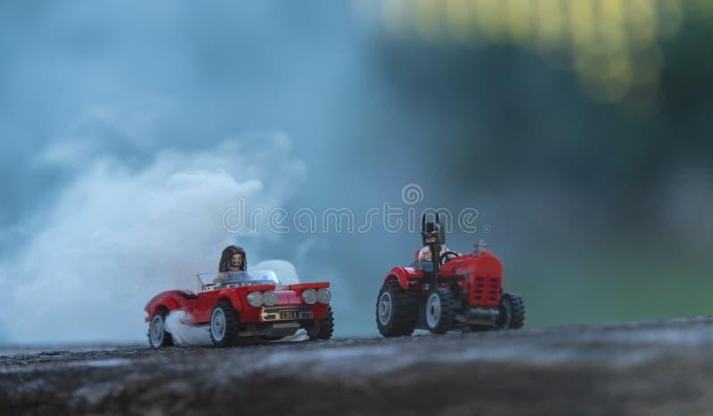 乘坐汽车的乐高minifigures 免版税图库摄影