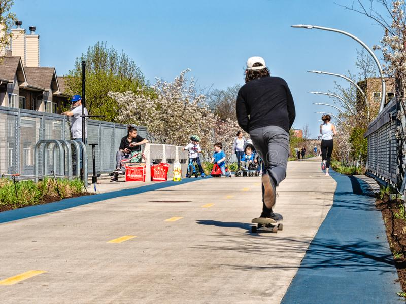 乘坐滑板的一个人在606 Bloomingdale足迹 r 免版税库存图片