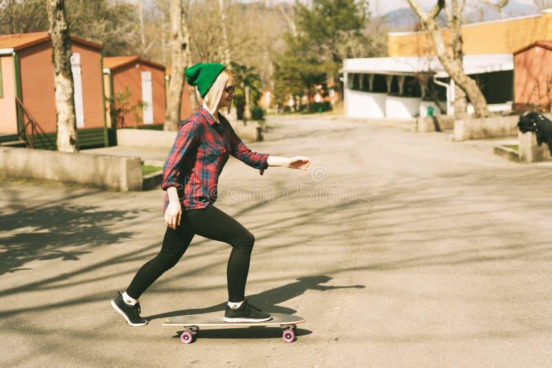 乘坐滑板的女孩 库存照片