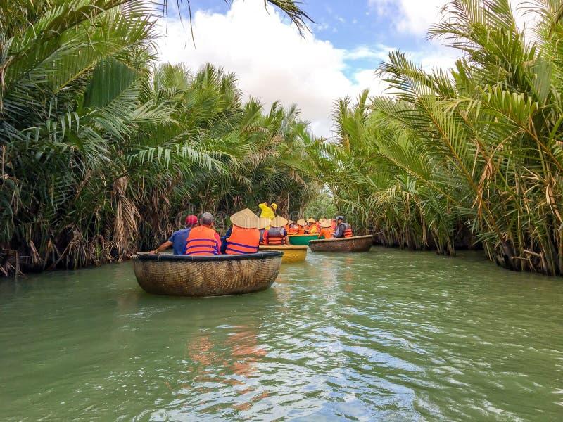 乘坐竹篮子小船的游人在会安市,越南 库存图片