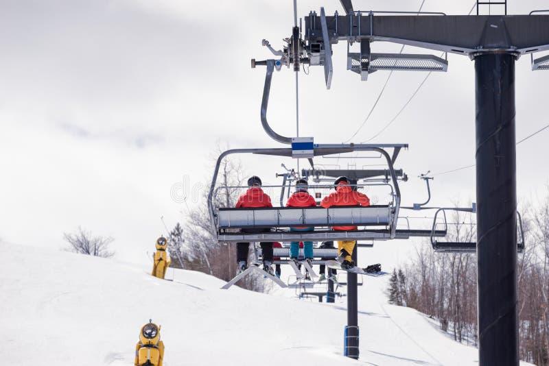 乘坐驾空滑车在滑雪小山 免版税库存图片