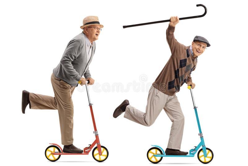 乘坐滑行车的两个极度高兴的前辈 免版税库存图片