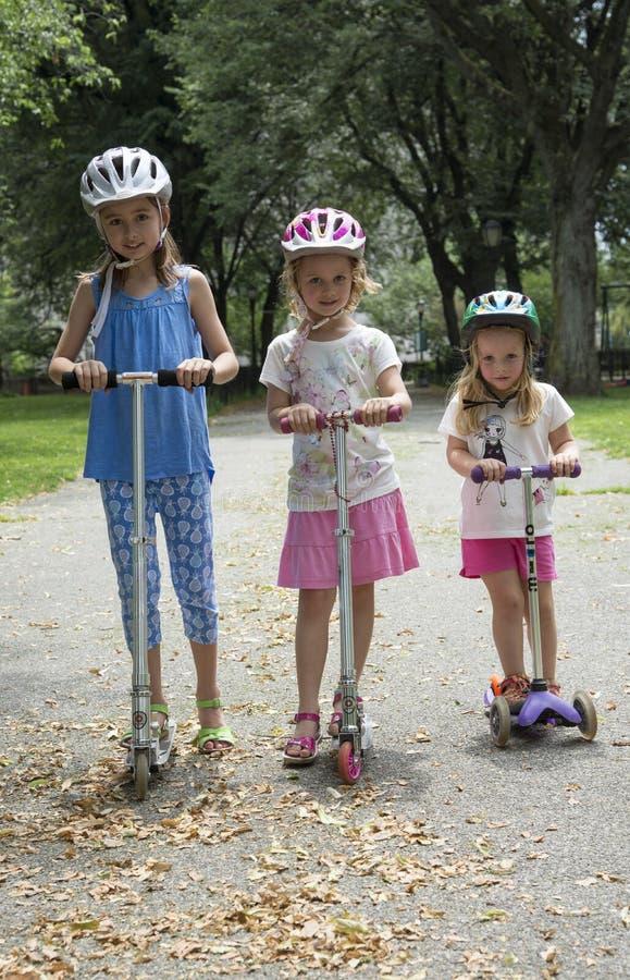乘坐滑行车美国的孩子 图库摄影