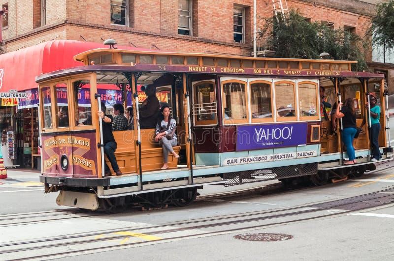 乘客乘坐一辆缆车在旧金山 图库摄影