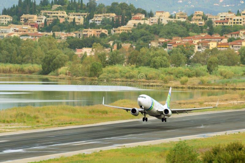 乘客从现用跑道的飞机起飞 免版税库存照片