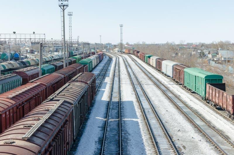 乘客和货物铁路运输,铁路产业 在平台的汽车 免版税库存照片