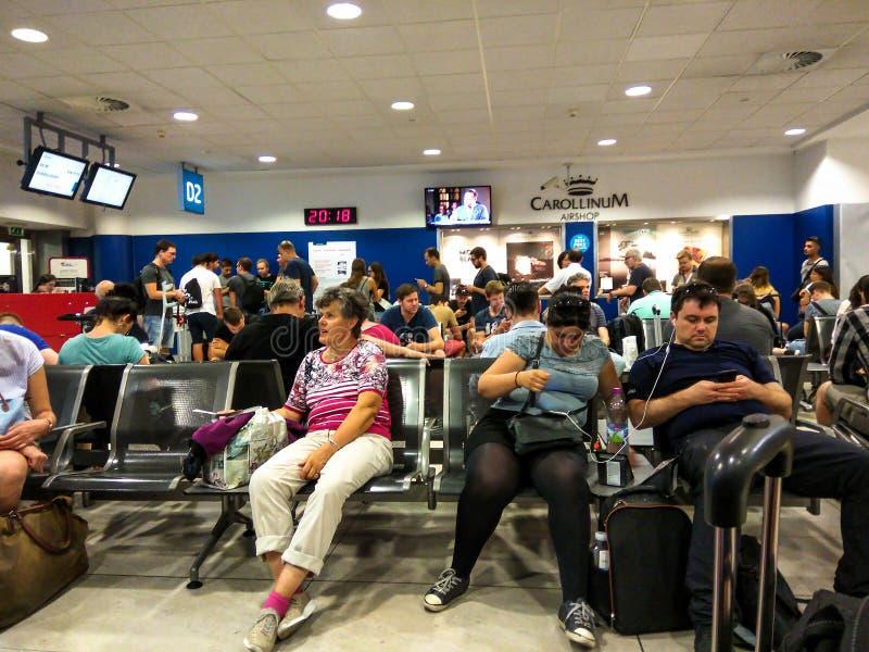 乘客在其中一间国际机场的候诊室中 免版税图库摄影