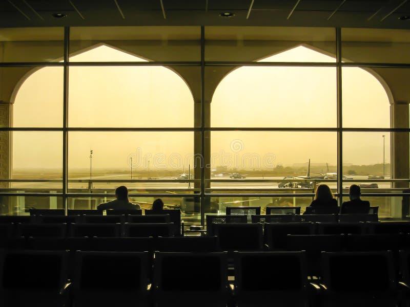 乘客在剪影的,阿曼马斯喀特机场 免版税库存照片