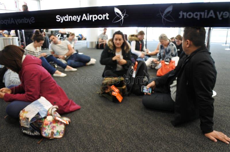 乘客在悉尼机场悉尼等待欢欣飞行, 免版税图库摄影