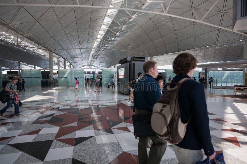 乘客在机场在香港 免版税库存图片