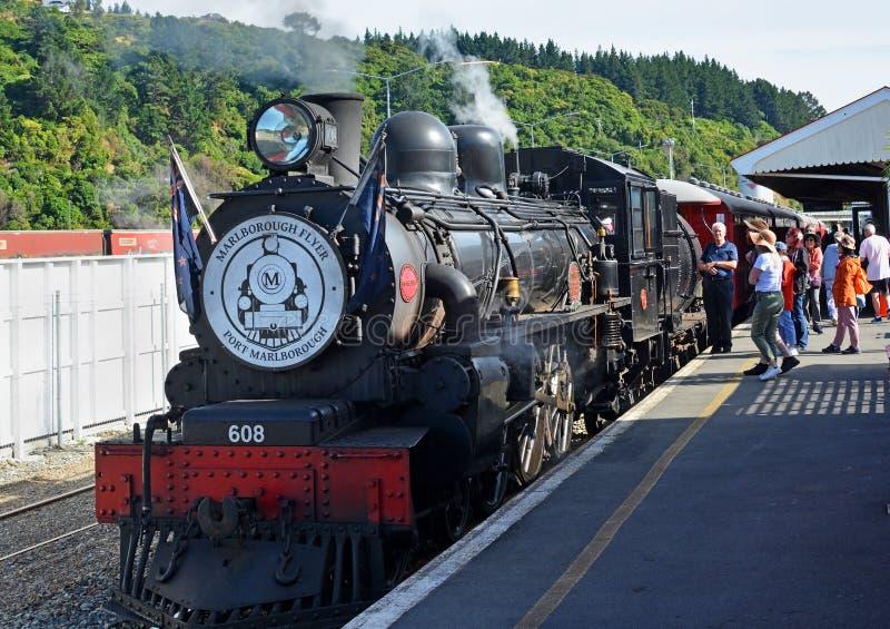 乘客在皮克顿站搭乘马尔伯勒飞行蒸汽火车 库存照片