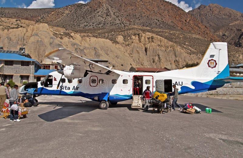 乘客在Jomsom机场,安纳布尔纳峰地区,尼泊尔 免版税库存图片