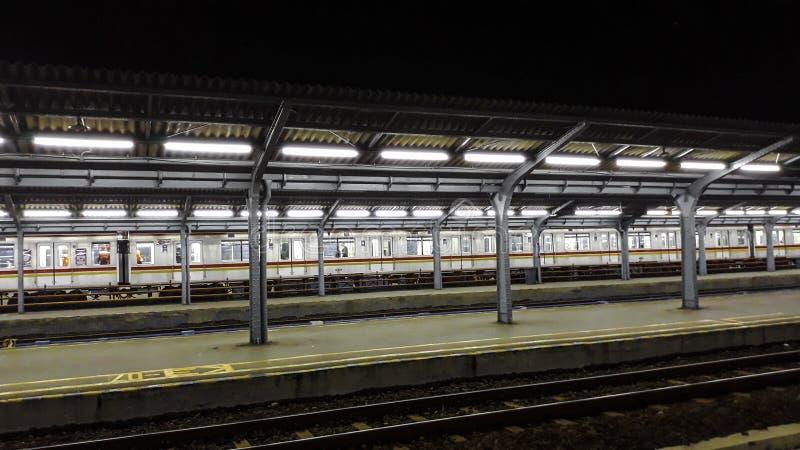乘客平台在雅加达市火车站的晚上 火车站在晚上 免版税图库摄影