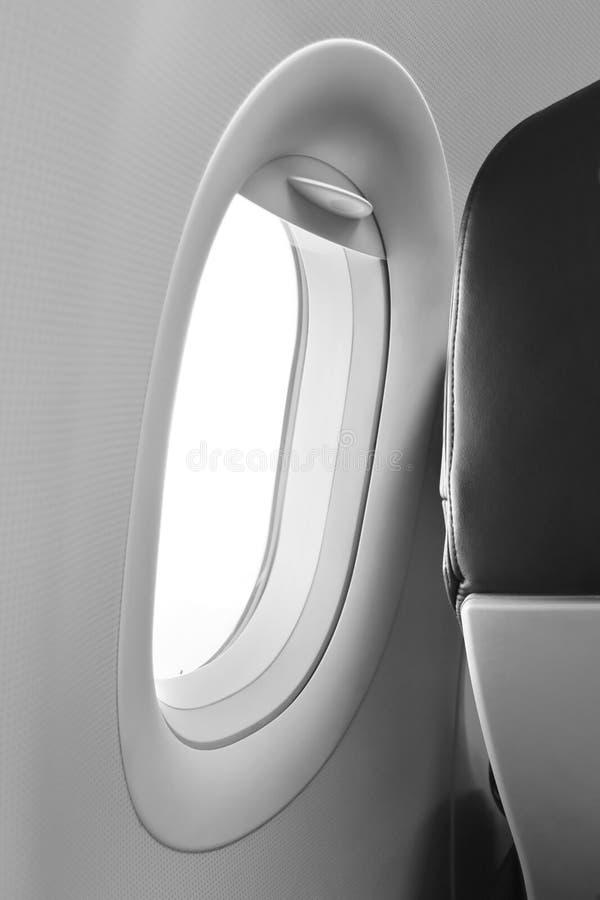 乘客座位的灰色航空器窗口和后侧方 免版税库存照片