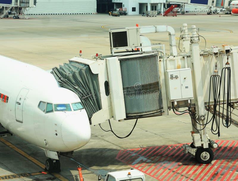 乘客搭乘桥梁被连接到飞机 库存照片
