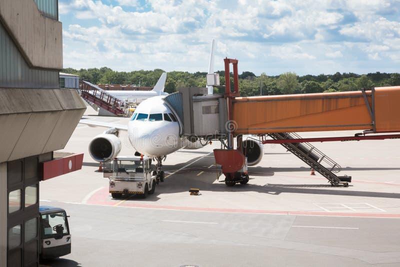 乘客搭乘桥梁附加飞机 免版税图库摄影