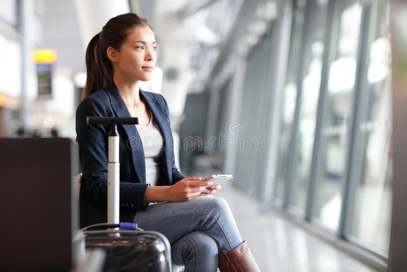 乘客旅客妇女在机场 免版税图库摄影