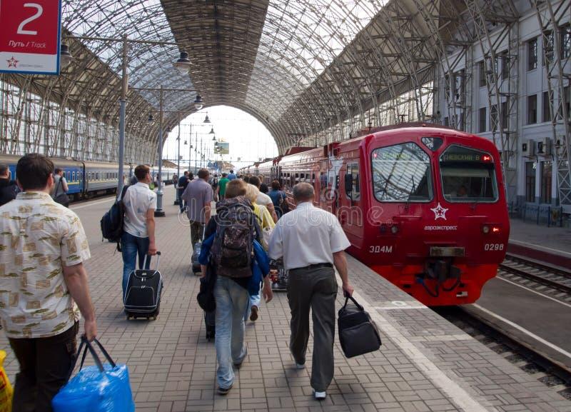乘客是在基辅火车站Aeroexpress的平台在伏努科沃机场 图库摄影