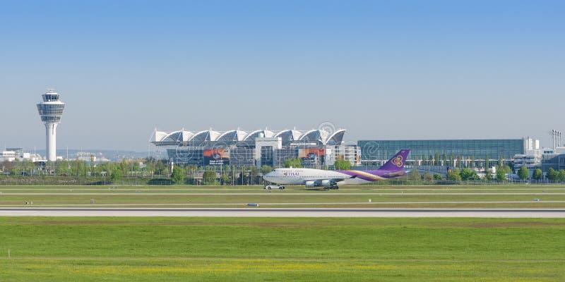 乘客涡轮喷气班机泰国国际航空波音747  免版税库存图片