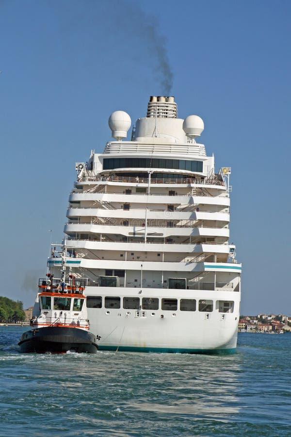 Download 乘客的运输的巨大的游轮拉扯了 库存图片. 图片 包括有 巨大, 马德拉岛, 端口, 小船, 乘客, 运输 - 30336169