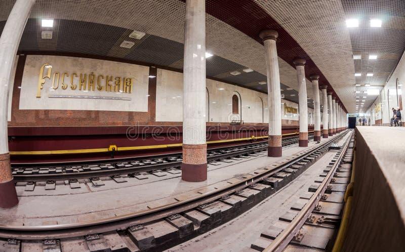 乘客等候火车的到来在地铁站 免版税库存照片