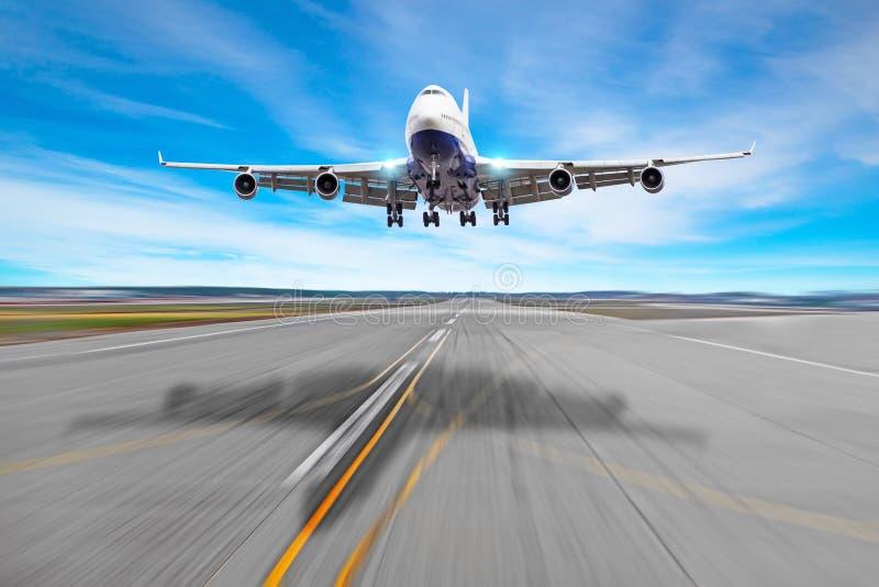 乘客飞机四引擎与在沥青着陆的一个塑象阴影在跑道机场 库存图片