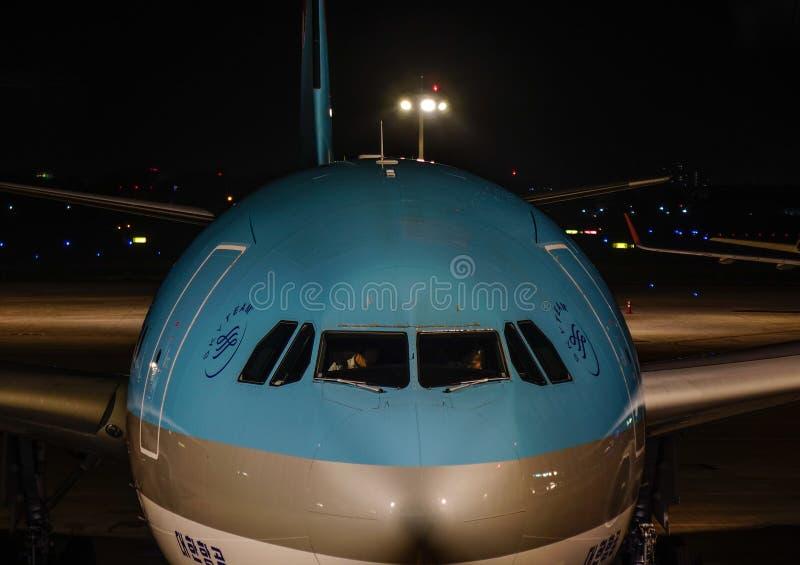 乘客飞机在夜机场 免版税库存照片