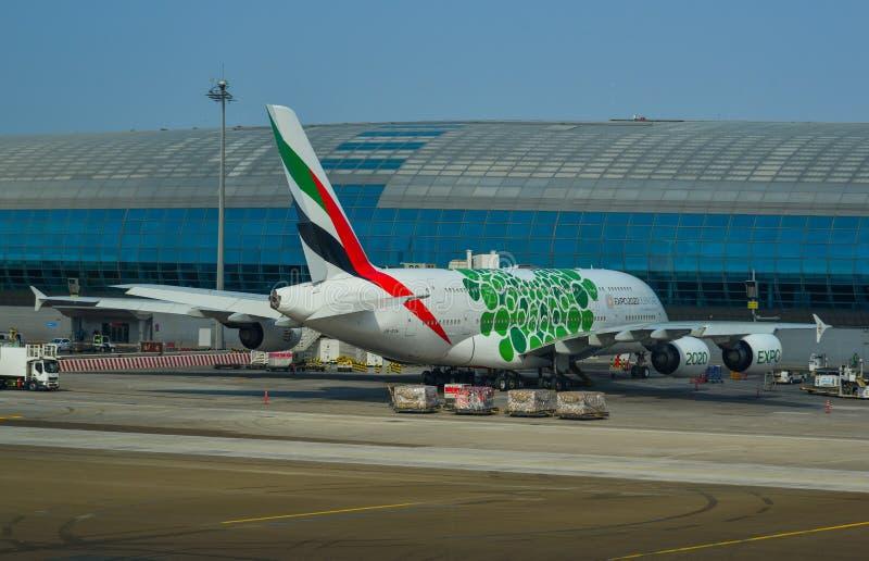 乘客飞机相接在机场 免版税库存图片
