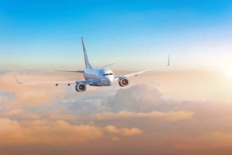 乘客飞机,出差,旅行概念 飞行的晚上五颜六色的日落 免版税库存图片