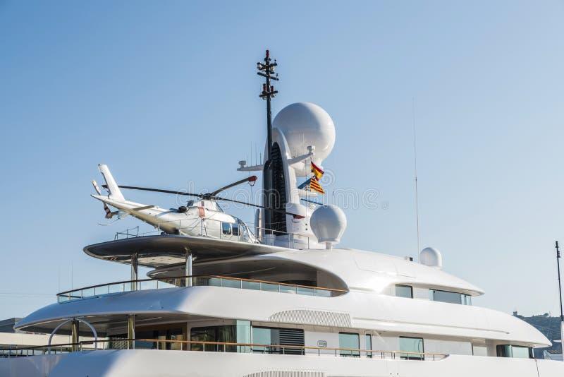 乘快艇与在它的甲板,巴塞罗那的一架直升机 库存图片