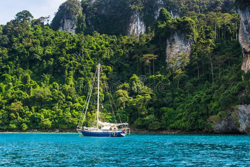 乘快艇在美丽的海湾在酸值发埃发埃唐附近在安达曼海 所在地 库存照片