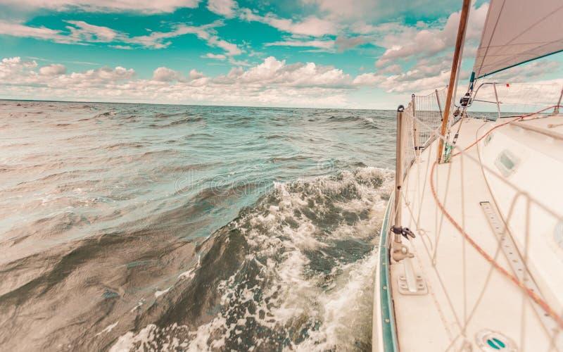 乘快艇在飞溅水的帆船弓严厉的射击 免版税库存照片