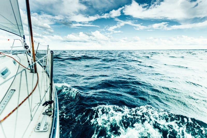 乘快艇在飞溅水的帆船弓严厉的射击 免版税库存图片
