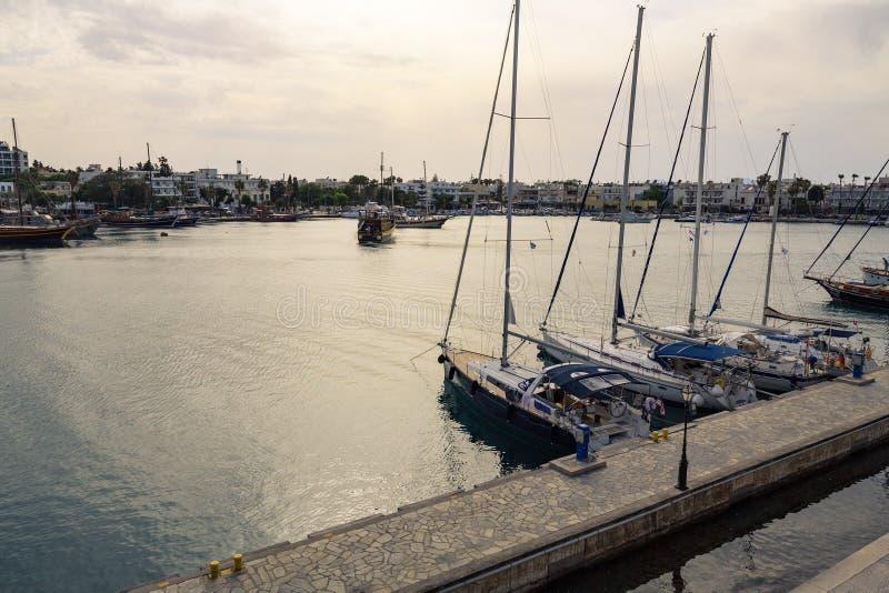 乘快艇小游艇船坞和Kos镇轮渡码头  免版税库存图片
